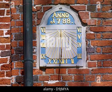 Cadran solaire à l'église de Saint-Nicolas dans Marschendom Altenbruch, appelé à Cuxhaven, Basse-Saxe, Allemagne Banque D'Images