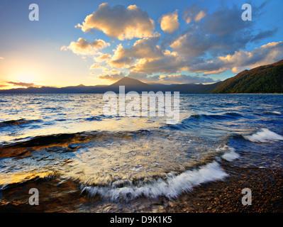 Shikotsu Lake au coucher du soleil à Hokkaido, au Japon. Banque D'Images