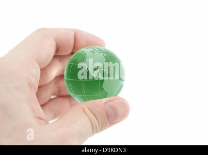 Green Globe de cristal dans la main avec clipping path Banque D'Images