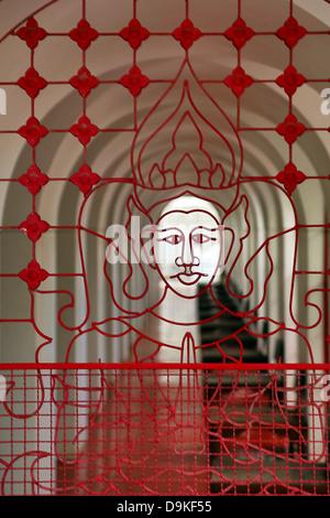 En face du Wat Ratchanatdaram en ferronnerie metal Temple, Bangkok, Thaïlande Banque D'Images