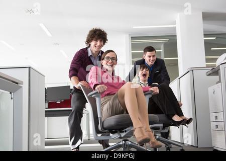 Les employés de bureau que les femmes sur les chaises de bureau