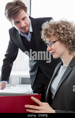 Businessman and businesswoman working in office Banque D'Images