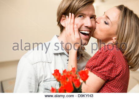 Woman kissing man on cheek Banque D'Images