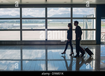 Businesspeople walking in airport Banque D'Images
