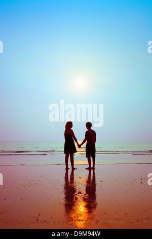Miel, silhouettes de couple d'amoureux sur la plage Banque D'Images