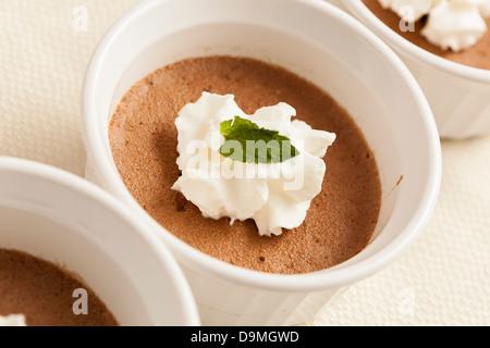 Gastronomique riche Dessert Mousse au chocolat maison avec crème fouettée Banque D'Images