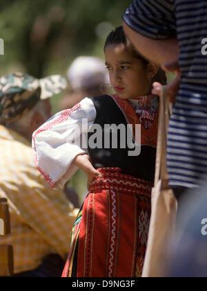 Hommes Femmes Enfants vêtus de costumes traditionnels concours de chant national de divertir les visiteurs et les Banque D'Images