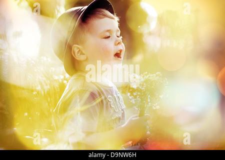Image lumineuse du petit garçon mignon Banque D'Images