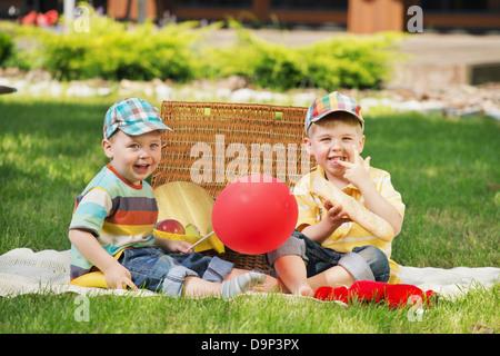 Deux petits frères mignon jouant sur la couverture Banque D'Images