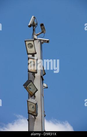 Les caméras de surveillance et les projecteurs haut du totem
