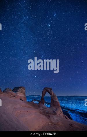 Le ciel nocturne plus Delicate Arch, Arches National Park, Utah, USA Banque D'Images