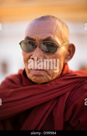 Les moines de la Shwezigon Paya, Bagan, Myanmar (Birmanie) Banque D'Images