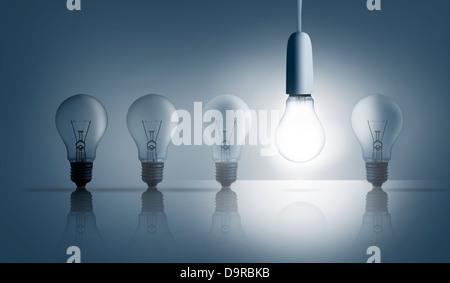 Cinq ampoules dans une rangée avec un illuminé Banque D'Images