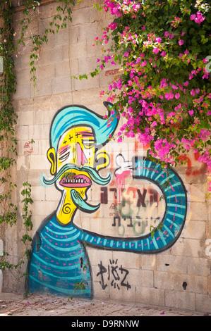 Israël Vieux Jaffa Yafo alley backstreet graffiti par PIOZ fantasy yellow man cavalier bleu mauve rose bougainvillier Banque D'Images