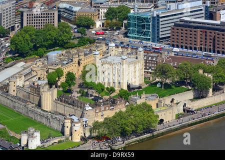 Tour de Londres et La Tour Blanche vue aérienne L'été au bord de la rivière Thames Banque D'Images