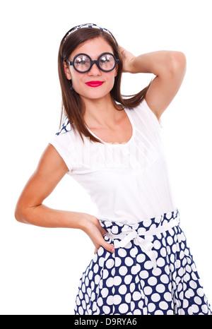 Jeune femme myope en robe à pois noir portant des lunettes encadrées avec prescription médicale. Isolées. Banque D'Images