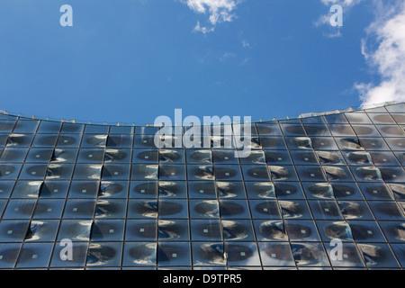Voir la façade du monument Elbphilharmonie (Elbe Philharmonic Hall) en construction à Hambourg, Allemagne.