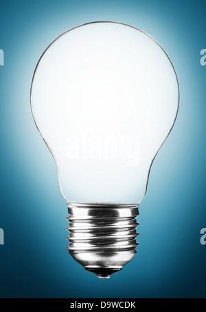 Ampoule Lumière sur fond bleu Banque D'Images