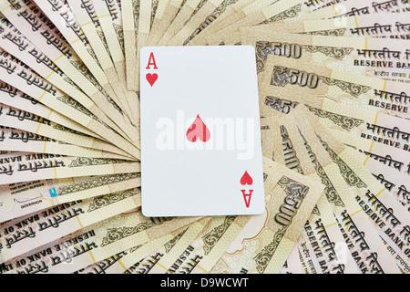 Vue de dessus de l'As De Cœur entouré de cinq cents Indiens notes roupie Banque D'Images