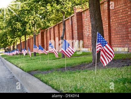Rangée de drapeaux américains sur le côté de la rue pour célébrer le 4 juillet, faible profondeur de champ Banque D'Images