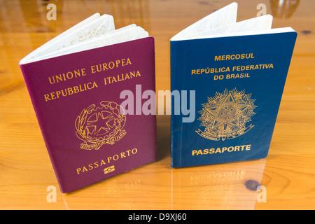 High angle shot d'italien et des passeports brésiliens côte à côte sur une impression de fond en bois Banque D'Images