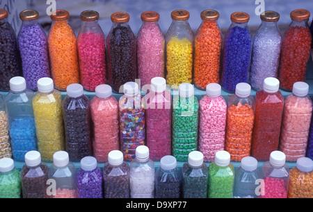 Bouteilles de perles de couleur Krabi Thailande Banque D'Images