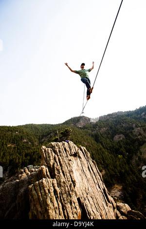 Un éléphant mâle highliner, marche le contreforts highline à Boulder Canyon, Colorado. Banque D'Images