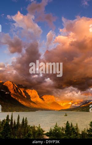 Lever de soleil sur l'orageux Saint Mary Lake, Glacier National Park, Montana Banque D'Images
