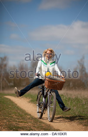 Une femme mature a garden outstretched Banque D'Images