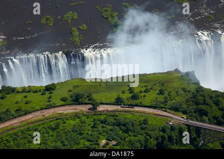 """Victoria Falls ou 'Mosi-oa-Tunya"""" (La fumée qui tonne), et Zambèze, Zambie Zimbabwe / Afrique du Sud, la frontière Banque D'Images"""
