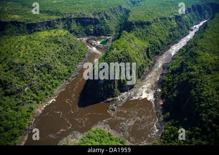 Sur des radeaux en Zambèze Gorge Batoka Victoria Falls, Zimbabwe / Zambie Afrique du Sud, la frontière - vue aérienne Banque D'Images
