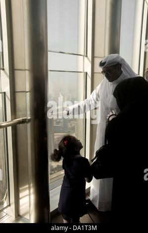 Famille arabe à partir de la plate-forme d'observation AU SOMMET DU 124e étage, à une hauteur d'environ 500m à Burj Banque D'Images