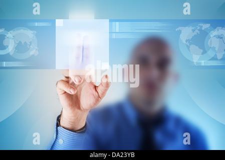 Businessman appuyant sur le bouton de l'écran tactile. La technologie moderne des affaires des solutions. Banque D'Images