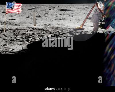 La NASA l'espace Neil Armstrong sur la surface lunaire commandant d'Apollo 11, au travail près de le module lunaire Banque D'Images
