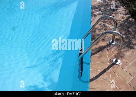 Réflexions de l'eau dans la piscine, un jour ensoleillé Banque D'Images