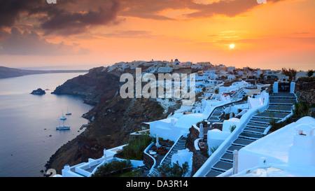 Les paramètres de Sun sur le beau village de Oia sur l'île de Santorin en Grèce. Banque D'Images