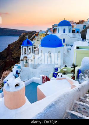 Crépuscule sur églises au dôme bleu à Oia Santorini Grèce Banque D'Images