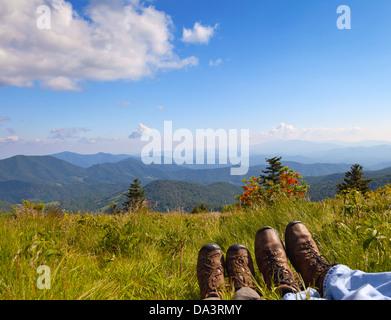 Les randonneurs en profitant de la vue sur le Pygargue à tête ronde, Roan Mountain State Park, North Carolina Banque D'Images