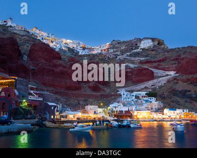 Photo de nuit de la Baie d'Ammoudi à Oia Santorini Grèce ci-dessus. Banque D'Images