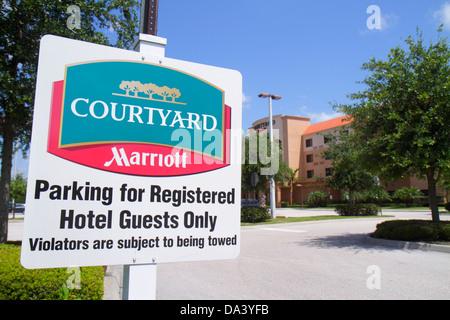 Courtyard by Marriott Stuart Florida parking de l'hôtel inscrivez-vous enregistrés seulement Banque D'Images