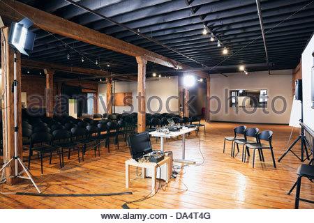 Intérieur de la salle de conférence avec écran de projection et de chaises Banque D'Images