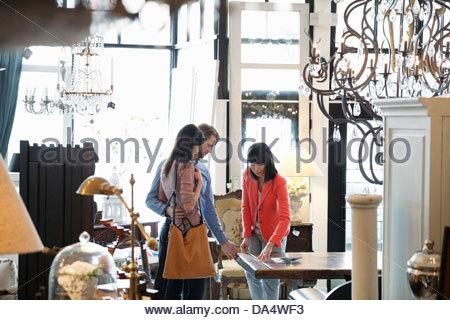 Femme propriétaire d'entreprise d'aider les clients en magasin de meubles Banque D'Images