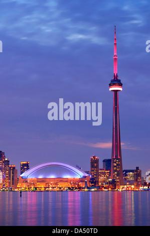 Paysage nocturne de la ville de Toronto Waterfront Skyline, la tour CN et le Centre Rogers qui brille sous le ciel bleu nuit. Canada