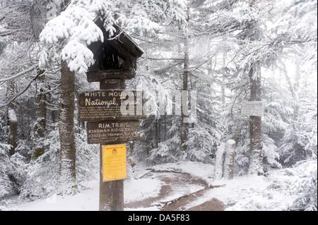 Panneau en bois sur le sentier de randonnée de la Rim, White Mountains, New Hampshire, USA. Banque D'Images