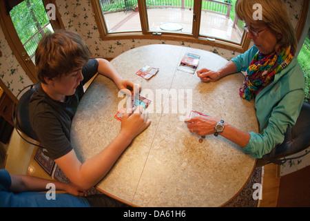 Adolescent et adulte femme pour gratter des billets de loterie pour voir s'ils ont gagné de l'argent.