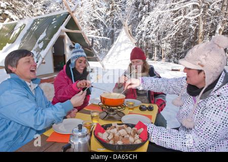 Fondue, bivouac, Jura, hiver, canton, JU, Jura, sports d'hiver, nourriture, manger, hutte, maison de montagne, chalet Banque D'Images
