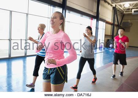 Woman jogging avec des amis dans un centre de remise en forme Banque D'Images