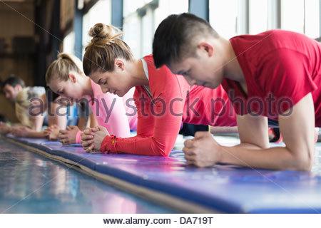 Groupe de personnes exerçant dans la classe de conditionnement physique Banque D'Images
