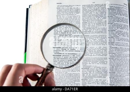 Une loupe sur le mot succès sur un dictionnaire Banque D'Images