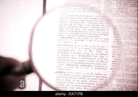 Une loupe sur le mot réalisation sur un dictionnaire Banque D'Images